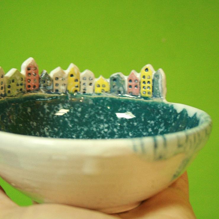 Керамическая тарелка с домиками. Конфетница, блюдце.